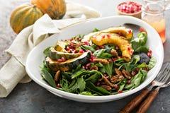 与绿色和橡子南瓜的秋天沙拉 免版税库存图片