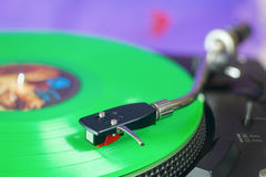 与绿色唱片的减速火箭的转盘 库存照片