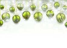 与绿色圣诞节球的弧背景 库存图片