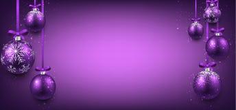 与紫色圣诞节球的抽象横幅 库存图片