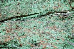 与绿色地衣的岩石 免版税库存图片