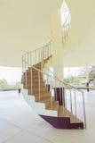 与黄色墙壁的螺旋形楼梯 免版税图库摄影