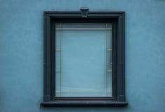 与绿色墙壁的闭合的绿色窗口 免版税库存图片