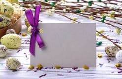 与黄色复活节彩蛋褪色柳的复活节背景分支紫色丝带和空间文本的 图库摄影
