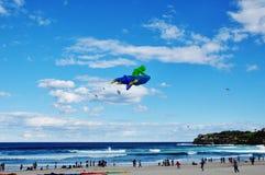 与绿色外籍人的飞碟风筝 免版税图库摄影
