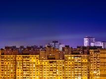 与黄色大厦的夜都市风景 免版税库存图片
