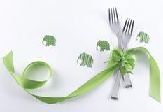与绿色大象和装饰的两把叉子 库存图片