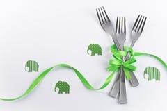 与绿色大象的三把孩子的党的叉子和装饰 库存图片
