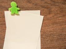 与绿色夹子的纸笔记在木背景 库存照片