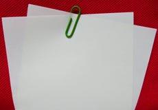 与绿色夹子的纸笔记 免版税库存照片