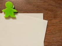 与绿色夹子的纸笔记 免版税库存图片