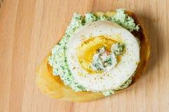 与绿色奶油和鸡蛋的鲜美开胃菜 库存照片