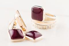 与紫色宝石的金戒指 库存照片