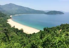 与绿色山的美丽的海滩在Phu Quoc,越南 图库摄影
