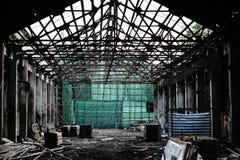 与绿色帆布在废墟,瓷竹歌剧大厦的脚手架阶段 免版税库存图片