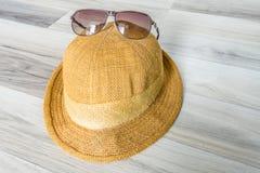 与黄色帽子的太阳镜 图库摄影