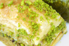 与绿色开心果的可口土耳其果仁蜜酥饼 图库摄影