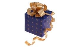 与黄色弓的新年蓝色礼物 免版税库存照片