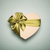 与绿色弓的礼物盒心脏在蓝色背景 免版税库存图片