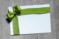 与绿色弓的节日礼物卡片 免版税库存图片