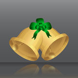 与绿色弓的金黄圣诞节铃声 反射 免版税库存照片
