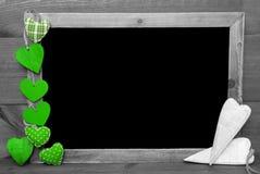 与绿色心脏的黑白Blackbord,拷贝空间 库存照片