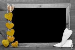 与黄色心脏的黑白Blackbord,拷贝空间 库存照片