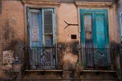 与绿色快门的老意大利石房子前面 免版税库存照片