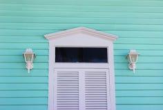 与水色房屋板壁的白色门 库存图片