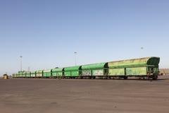 与绿色无盖货车的货车 库存图片