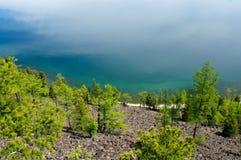 与绿色春天森林的贝加尔湖风景 图库摄影
