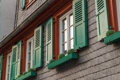 与绿色木快门的欧洲窗口在老房子里 Outdoo 免版税图库摄影