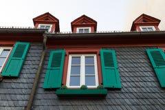 与绿色木快门的欧洲窗口在老房子里 Outdoo 库存照片