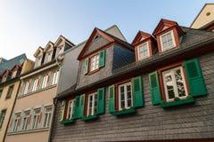 与绿色木快门的欧洲窗口在老房子里 Outdoo 免版税库存图片
