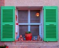 与绿色木快门的法国土气窗口 免版税库存图片
