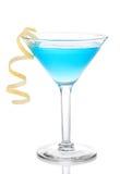 与黄色柠檬螺旋的蓝色热带马蒂尼鸡尾酒鸡尾酒 库存图片