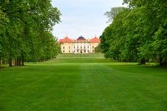 与绿色树和草坪的历史的大别墅 免版税库存照片