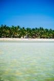 与绿色棕榈树和停放的渔船的热带白色沙子海滩在沙子 异乎寻常的海岛天堂 库存照片