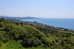与绿色森林和房子的海滨风景在新阿丰 免版税库存图片