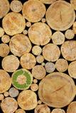 与绿色植物的被堆积的日志背景回收 免版税库存照片