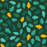 与绿色橡木叶子的无缝的样式 秋天背景 '很快秋天'题材 免版税库存图片