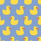 与黄色橡胶鸭子的逗人喜爱的无缝的样式在波浪背景 库存照片