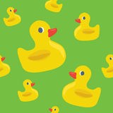与黄色橡胶鸭子的逗人喜爱的无缝的样式 库存图片