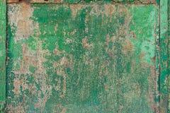 与绿色油漆的老生锈的门 库存照片