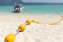 与黄色浮体的海海滩,安全游泳区域 库存图片