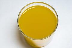 与黄色液体的玻璃 库存图片