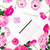 与紫色玫瑰、毛茛属、笔记本、箱子和笔的被称呼的构成在白色背景 平的位置,顶视图 免版税图库摄影