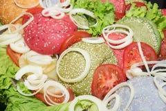 与绿色的五颜六色的小圆面包汉堡 库存图片