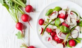 与绿色的新鲜的萝卜沙拉 免版税库存照片