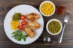 与绿色的油煎的火鸡在盘,胡椒的肉和菜 免版税库存图片
